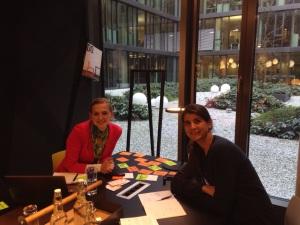 Sonja Döring (links) und Miriam Specht  bei der Arbeit am New Work Lab.